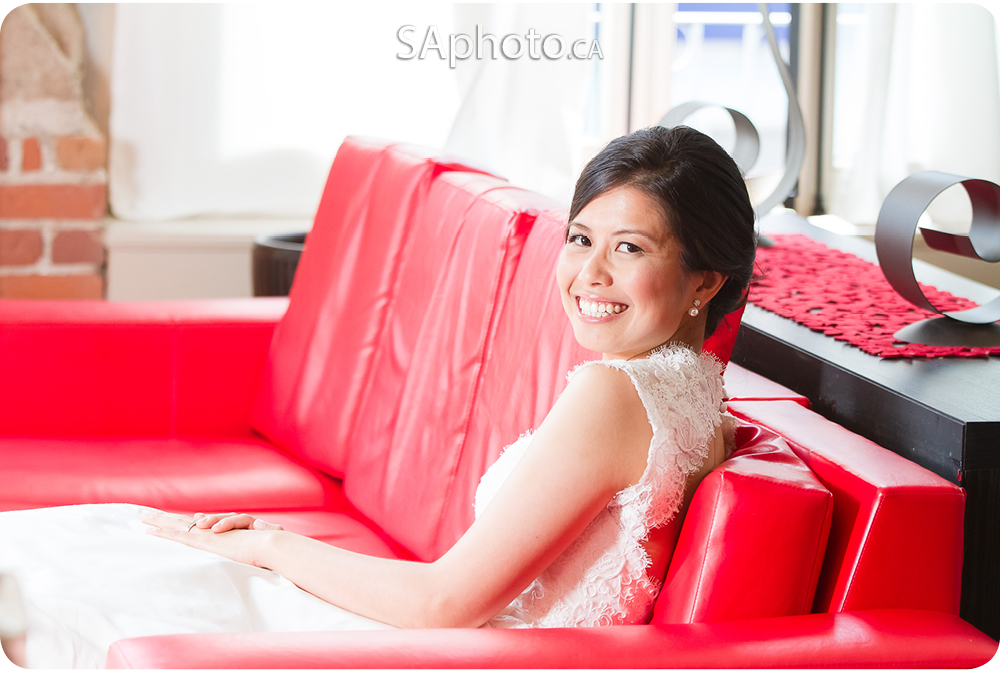06-loft-1048-quebec-wedding-red-couch