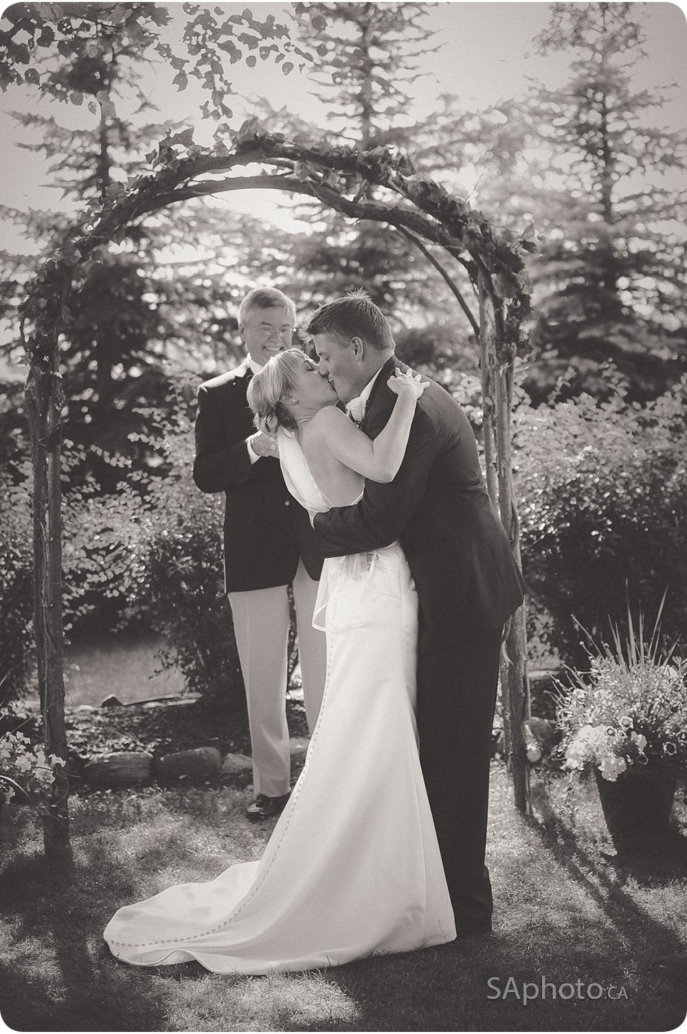 34-kissin-couple-wedding-outside-ceremony